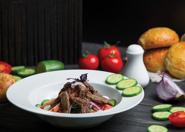 Caesarsalade met rundvlees en groenten Gratis Foto
