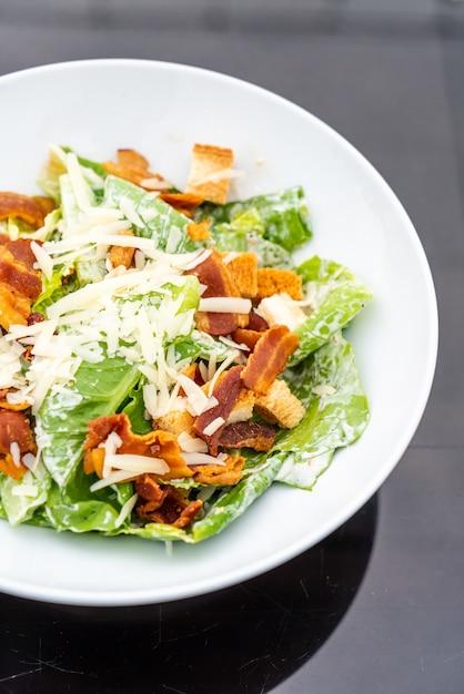 Caesarsalade op witte plaat Premium Foto