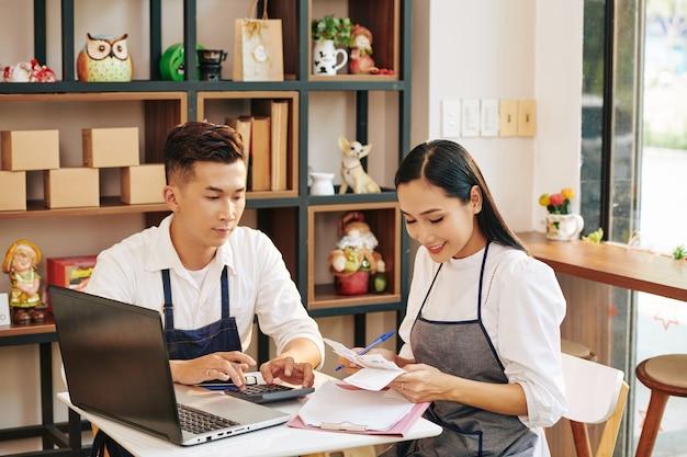 Cafe-eigenaren die rekeningen controleren Premium Foto