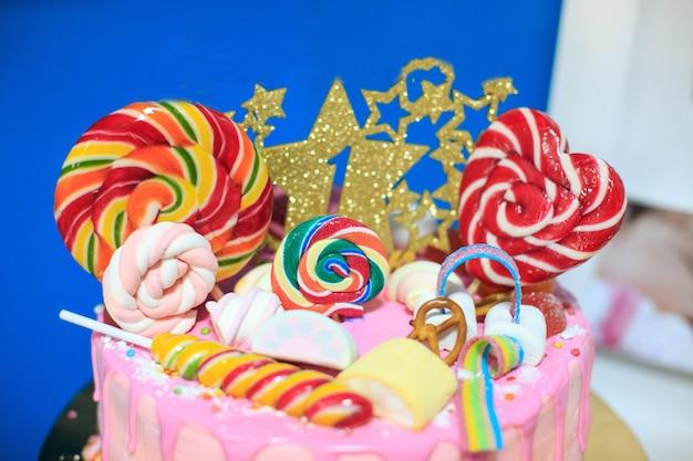 Cake met lolly's en marshmallow. Premium Foto