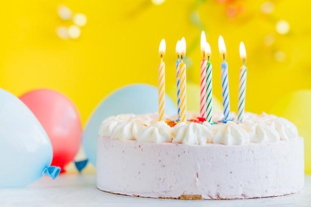 Cake met verlichting kaarsen Gratis Foto