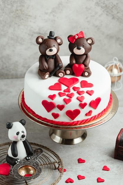 Cake versierd met harten en chocoladeberen Gratis Foto