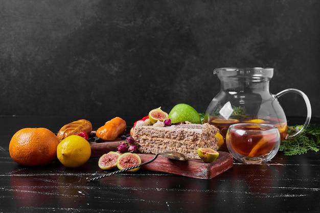 Cakeplak met fruit op houten schotel. Gratis Foto