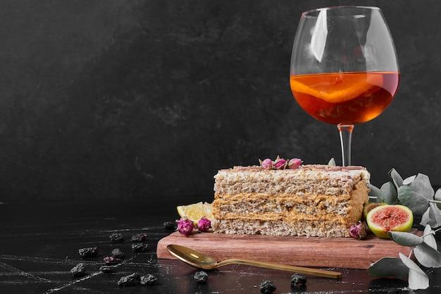 Cakeplak op houten schotel. Gratis Foto