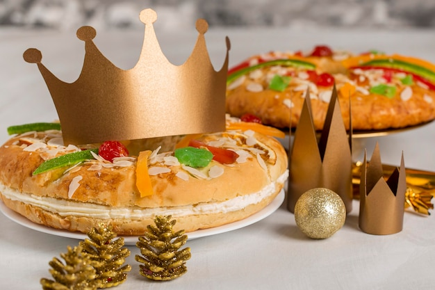Cakes and crowns dessert happy epiphany Gratis Foto