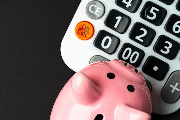 Calculator met dichte omhoog hoogste mening van het spaarvarken Premium Foto