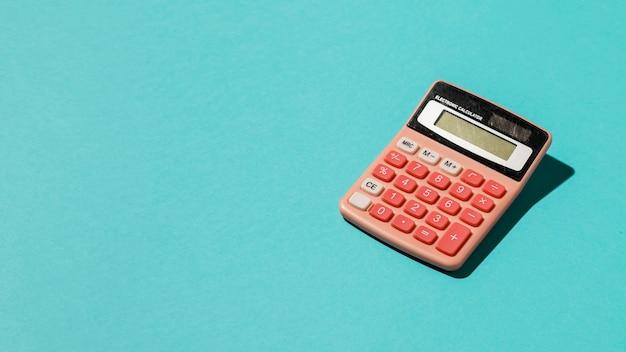 Calculator op blauwe achtergrond Premium Foto