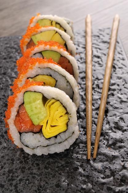 California roll sushi met kaviaar en eetstokjes Gratis Foto
