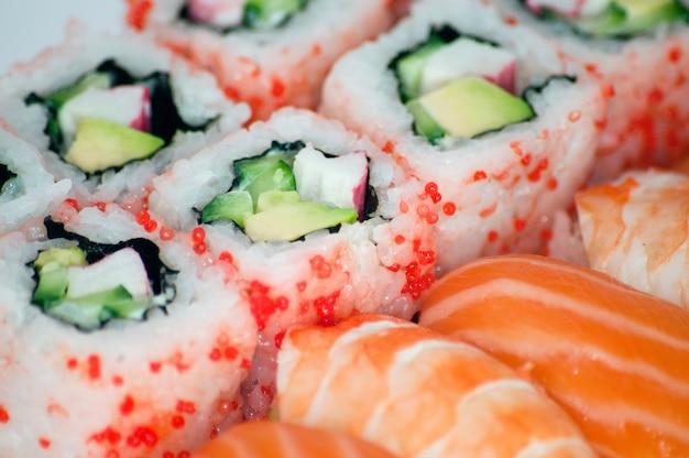 Californië maki en sushi close-up Gratis Foto