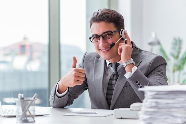Call center operator praten aan de telefoon Premium Foto