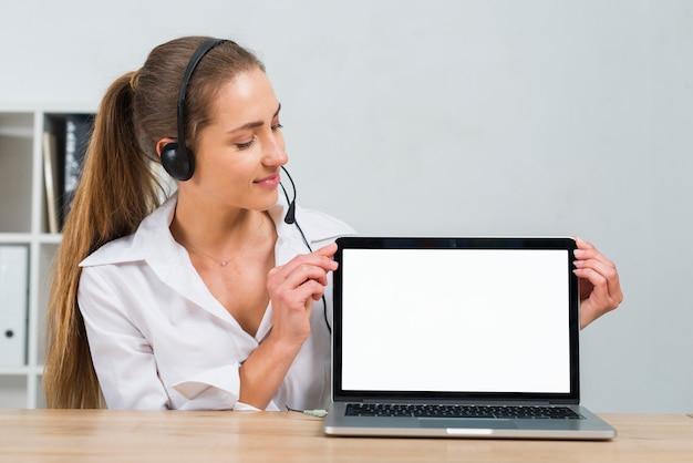 Call centreagent die laptop sjabloon voorstelt Gratis Foto