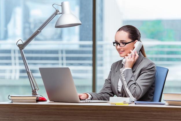Call centreexploitant in bedrijfsconcept Premium Foto