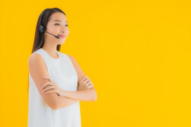 Callcenter van de portret het mooie jonge aziatische vrouw voor hulp Gratis Foto