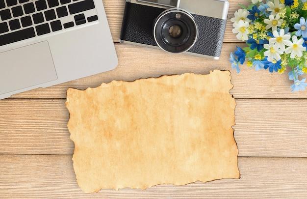 Houten Bureau Kantoor : Camera en benodigdheden op kantoor houten bureau tafel foto