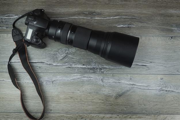 Camera op een houten achtergrond Premium Foto