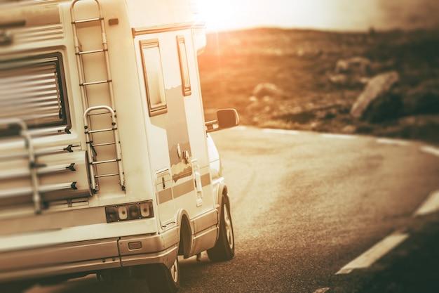 Camper van op de weg Gratis Foto