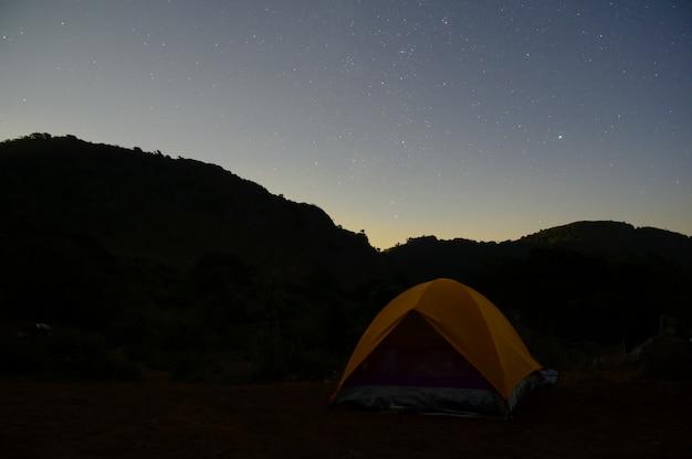 Camping tent uitzicht op de bergen en ster met nachttijd. Premium Foto