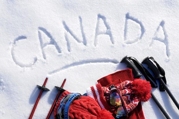 Canada geschreven in de sneeuw met ski-uitrusting Gratis Foto
