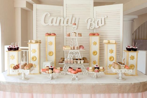 Candy bar. heerlijk zoet buffet met cupcakes. zoet vakantiebuffet met cupcakes en andere desserts. Premium Foto