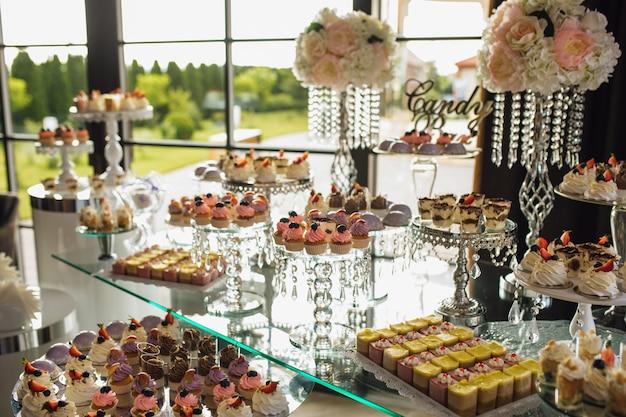 Candy bar met een verscheidenheid aan snoep tijdens de vakantie Gratis Foto