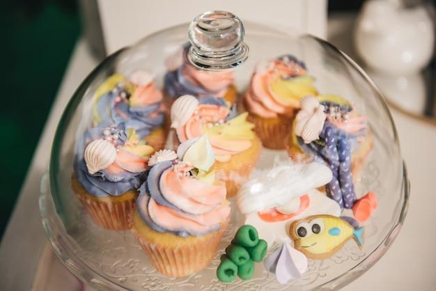 Candy bar voor je verjaardag. kinderfeestje in de natuur. mooie zoete cupcakes Premium Foto
