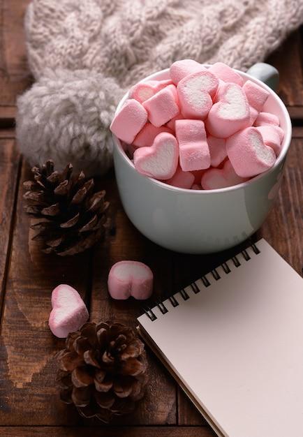Candy marshmallows op tafel Gratis Foto