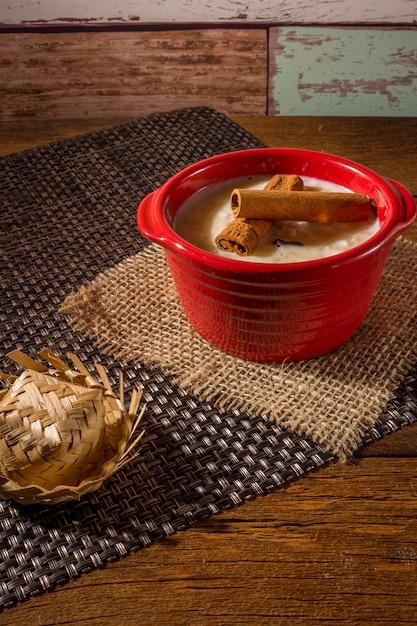 Canjica - typische braziliaanse snoepjes uit de juninaparty Premium Foto