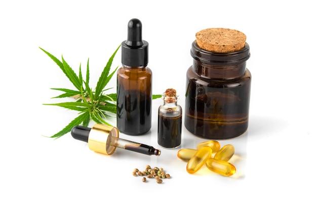 Cannabis etherische oliecontainer met cannabisbladeren en cannabiszaden Premium Foto