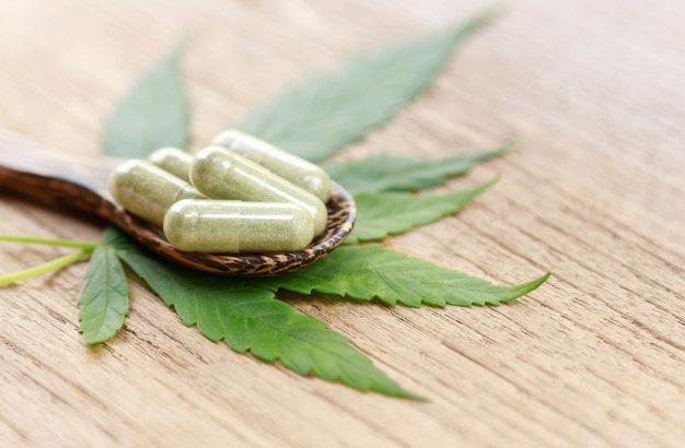 Cannabisblad met kruidenpoeder voor remedie Premium Foto