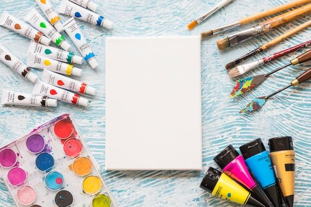 Canvas omringd door schilderende elementen Gratis Foto