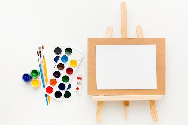 Canvas op ezel creativiteit en kunstconcept Gratis Foto