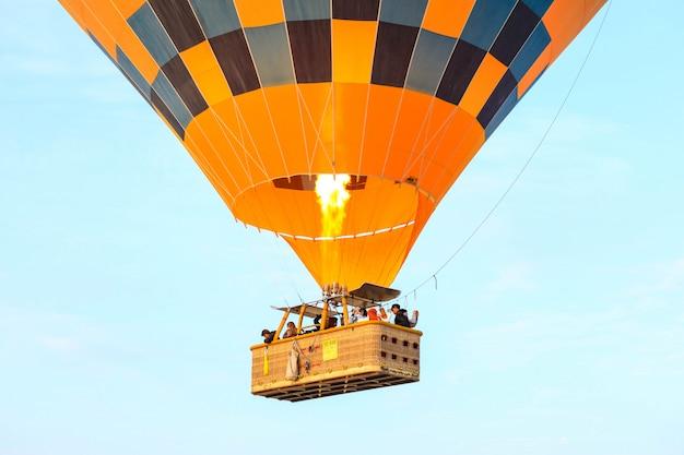 Cappadocië, turkije - 19 oktober 2019: toeristen op hete luchtballonnen vliegen over de vallei van cappadocië. heteluchtballonnen zijn traditionele toeristische attracties in cappadocië. Premium Foto