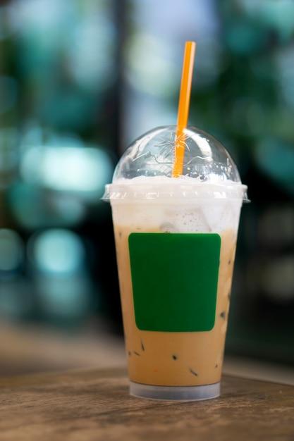 Cappuccino-ijs koffie in plastic beker voor afhaalmodemesjabloon Premium Foto