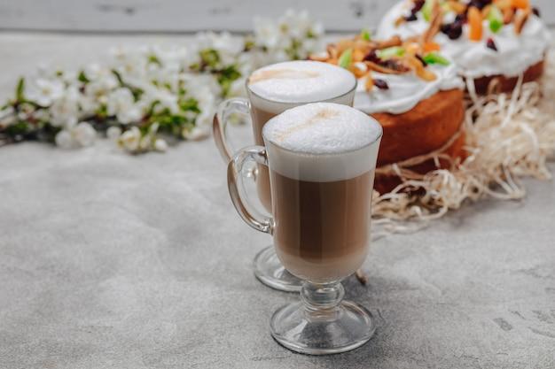 Cappuccino in een luxe glas met een taart Gratis Foto