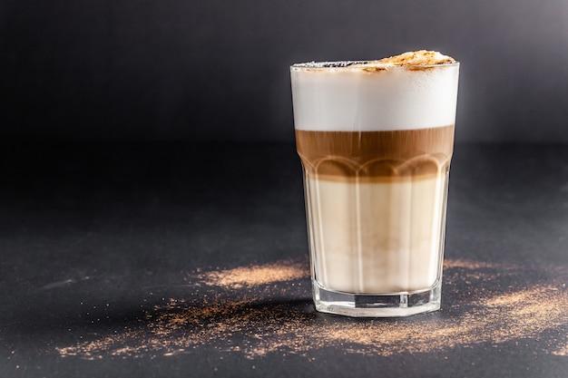Cappuccinokoffie met amandelmelk Premium Foto