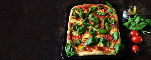 Caprese pizza. keto dieet op zwarte achtergrond Premium Foto