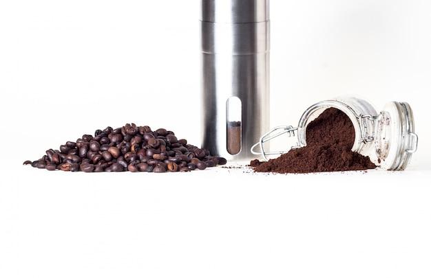 Capsules koffie en koffiebonen geïsoleerd in wit Premium Foto