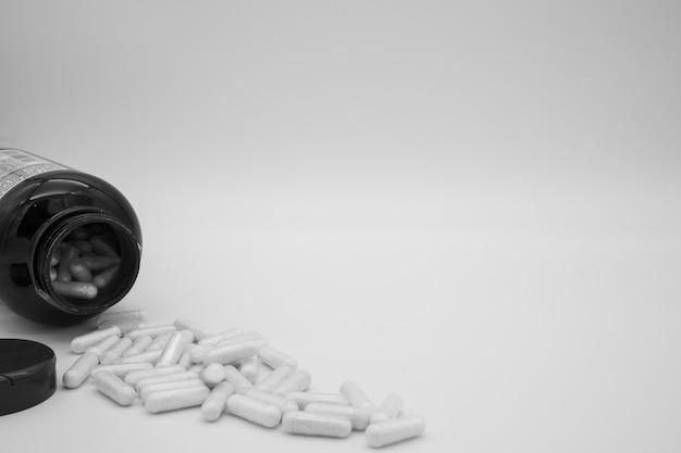 Capsules / pillen / tabletten isoleren Gratis Foto