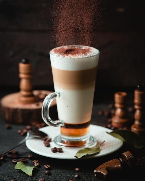 Caramel latte met chocolade op de tafel Gratis Foto