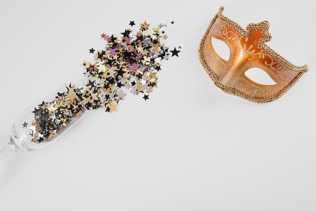 Carnaval-masker met spangles verspreid uit glas Gratis Foto