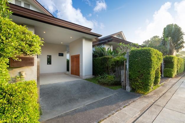 Carport van modern en luxe huis Premium Foto