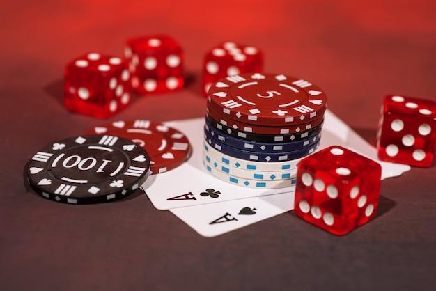 Casino abstracte foto. pokerspel op rode achtergrond Premium Foto