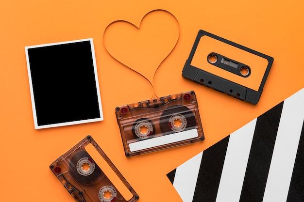 Cassettebandje met magnetische opnamefilm en vintage foto Gratis Foto