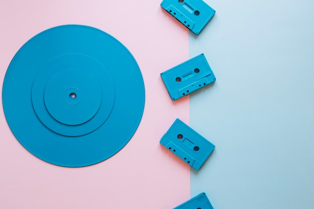 Cassettes in de buurt van stapel schijven Gratis Foto