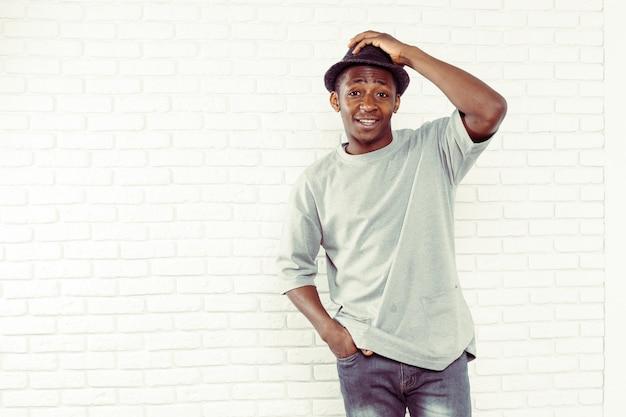 Casual jonge afrikaanse man die lacht Premium Foto