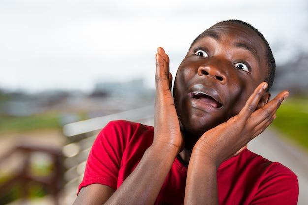Casual jonge afrikaanse man Premium Foto