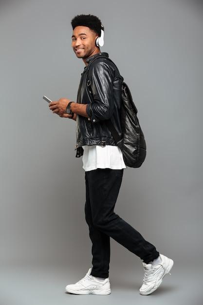 Casual jonge afro-amerikaanse man Gratis Foto