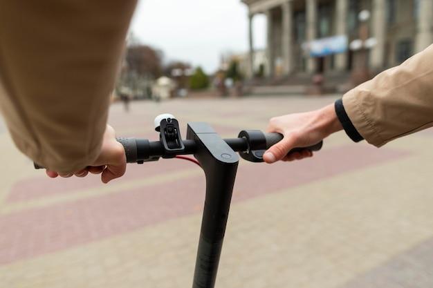 Casual man zijn scooter buiten rijden Premium Foto