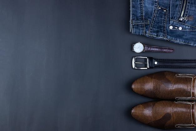 Casual outfits voor heren met herenkleding en accessoires op een grijze grungeachtergrond Premium Foto