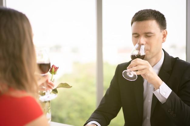 Causasian man en vrouw lunchen samen Premium Foto